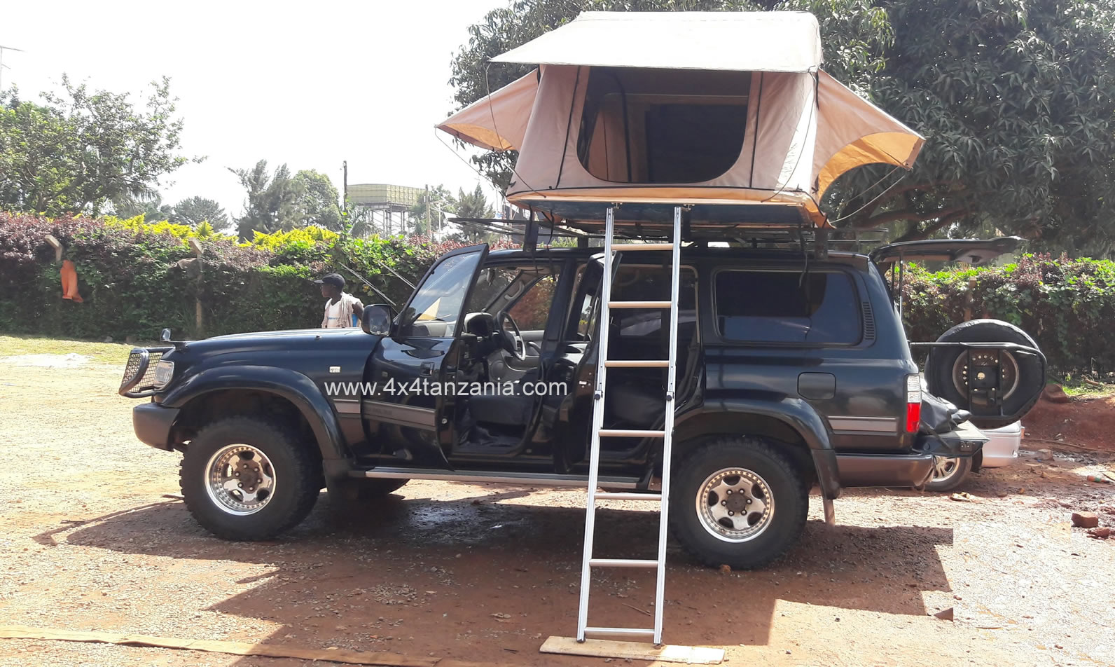 Moel 1996 Land Cruiser Vx with A Rooftop Tent